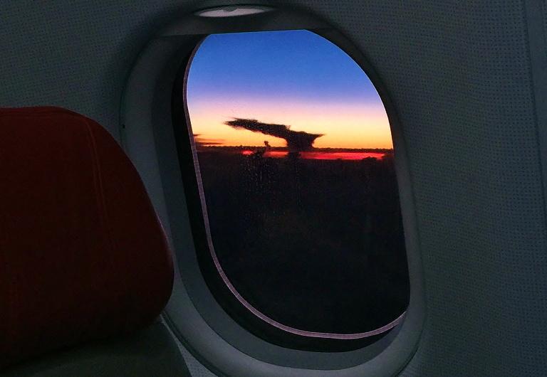 飛行機の窓からの眺め