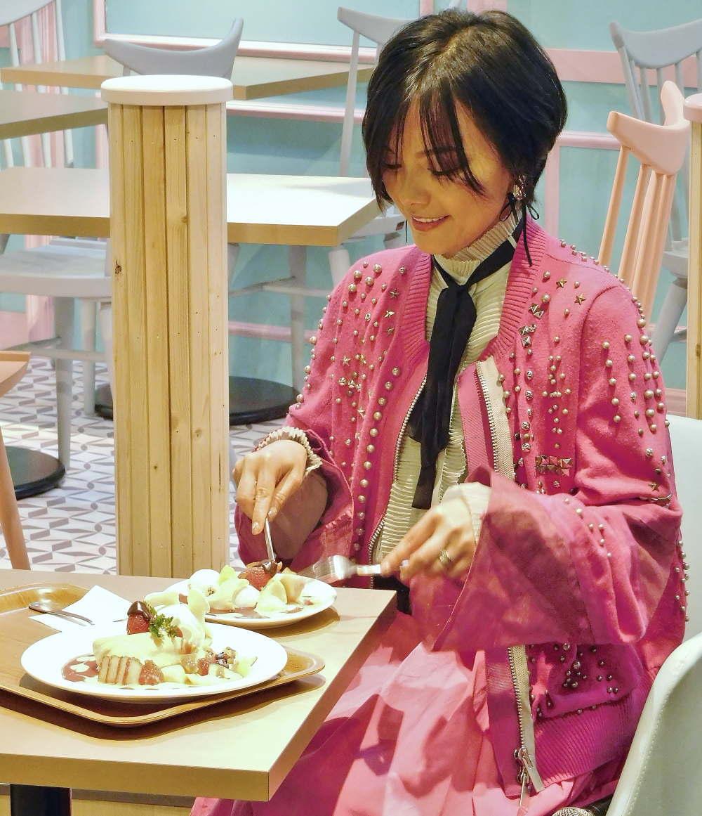 メルシークレープ 記念スイーツを試食する相川七瀬さん