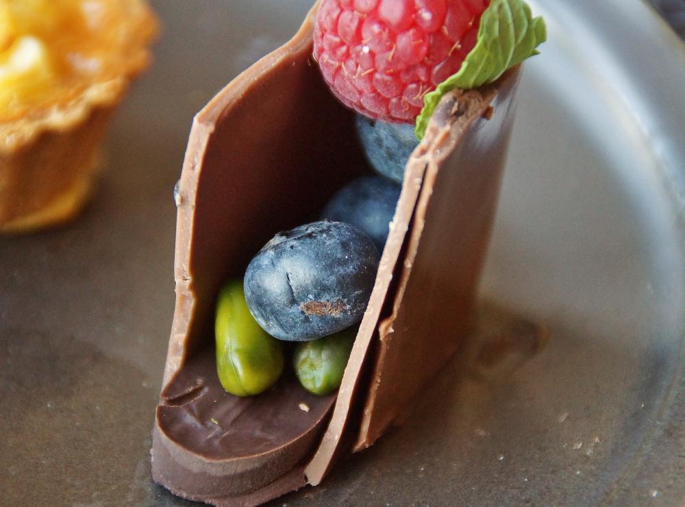 フレッシュブルーベリーを入れたチョコレートバッグ 写真
