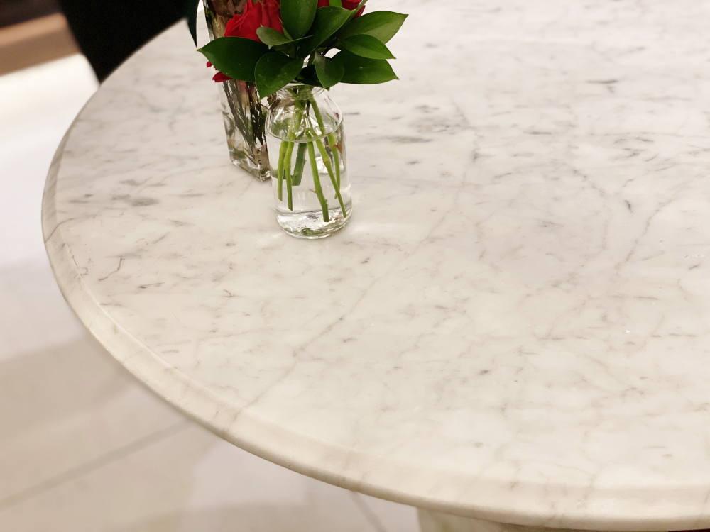 ビチェリンの大理石テーブル