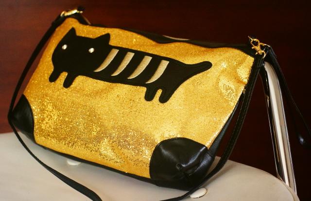 猫のアップリケがインパクトたっぷりなショルダーバッグ