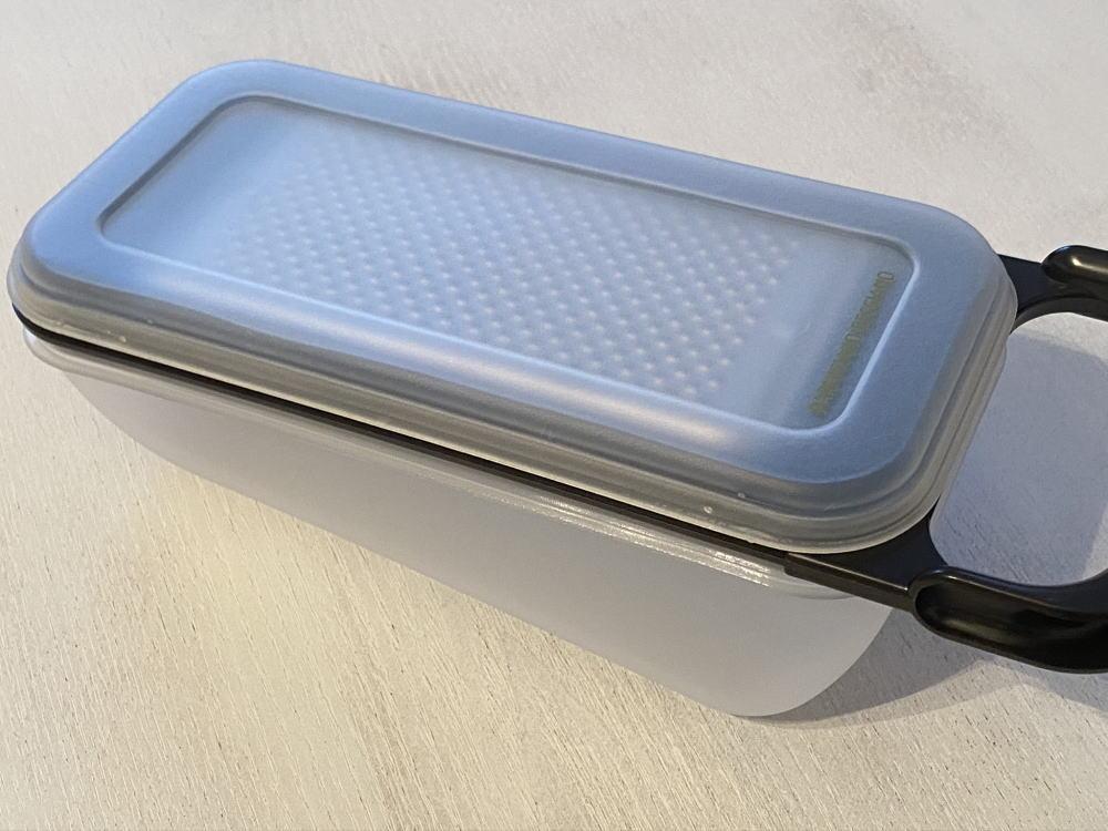 チーズ削り器と保存容器