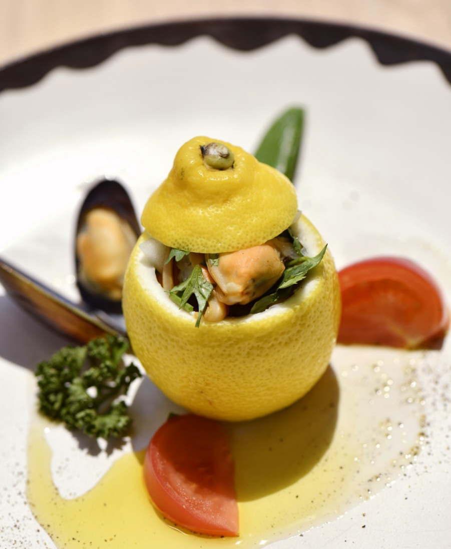 ムール貝のワイン蒸し、チリ産レモンを使ったサルサヴェルデ添え