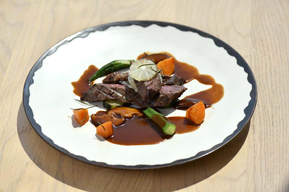 国産牛ハラミ肉のステーキ、チリ産レモンのグレイビーソース