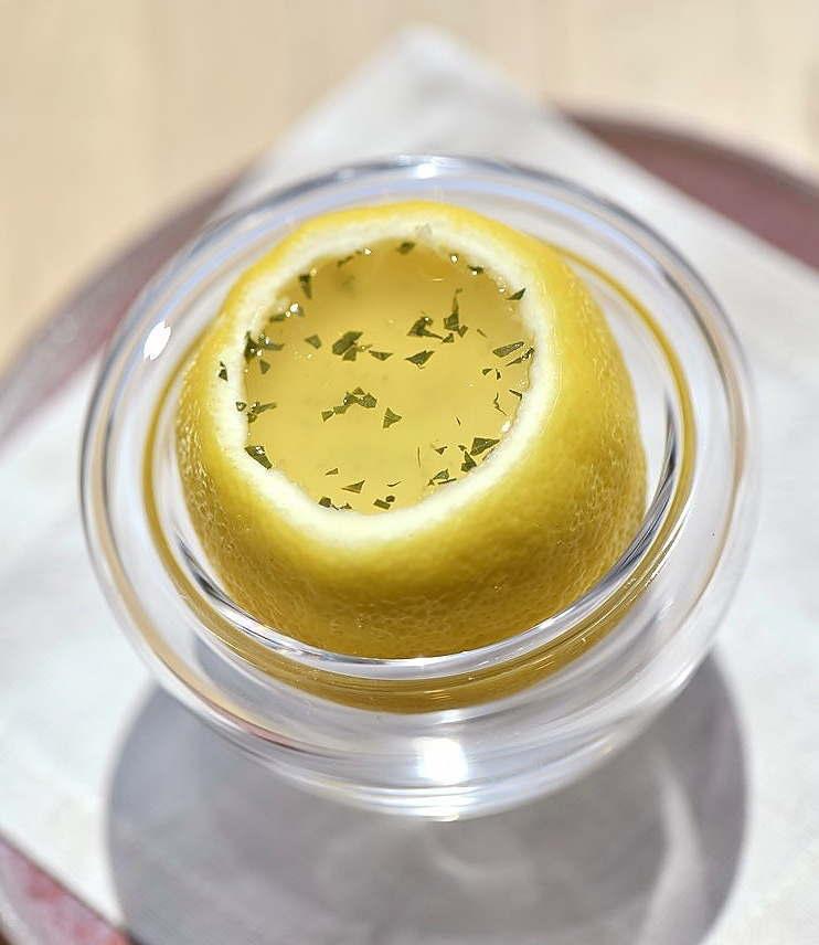 チリ産レモンのパンナコッタ、ミント入りジュレ添え