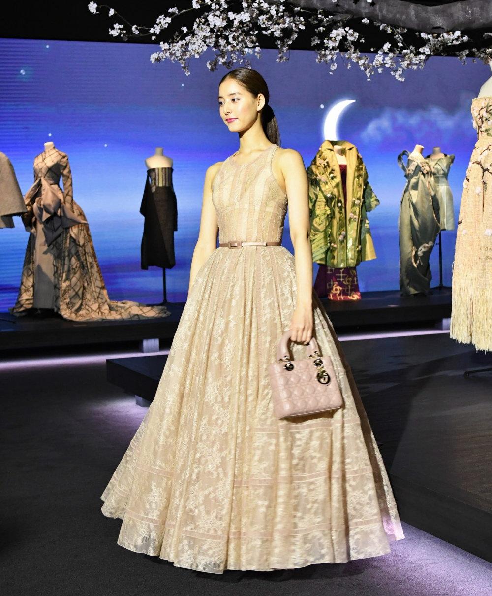 新木優子 ディオールのドレスを着て。