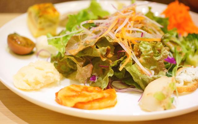 サラダをメインに10種類の前菜&パスタとキノコのココット