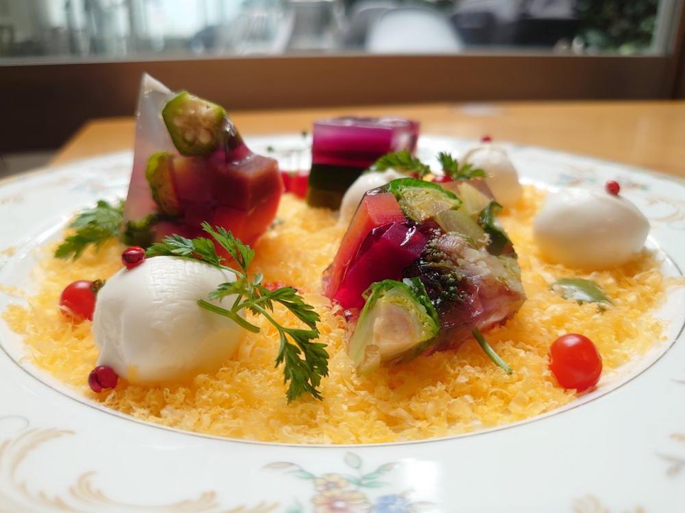 ニセコ髙橋牧場のモッツァレラミニとチーズ工房アドナイのミモレットの前菜 季節野菜のテリーヌ添え