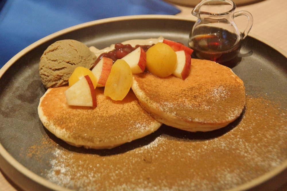 ヴィーガンのパンケーキ 季節のフルーツとお茶シロップ添え