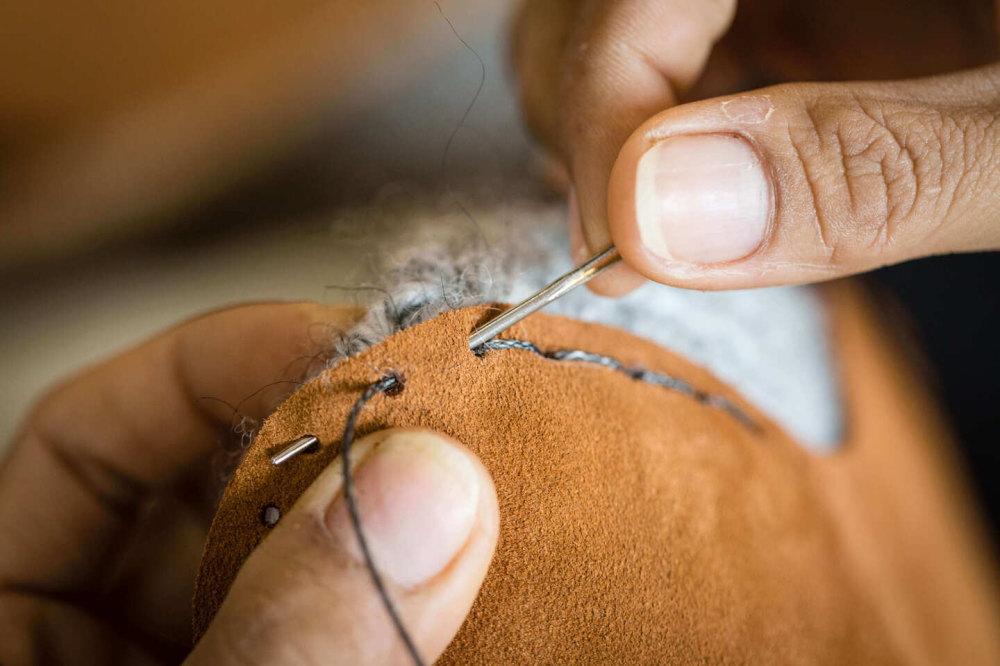 カンボジアの工房で手編み