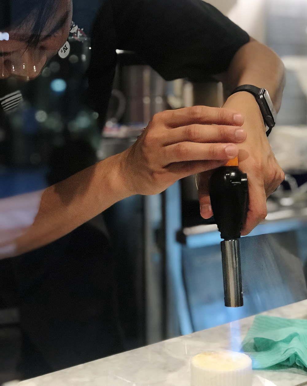 N2 Brunch Club アイスクリームをバーナーで。