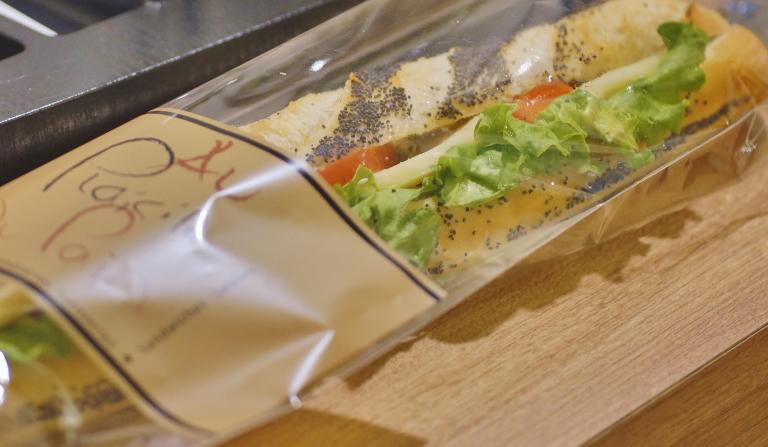 パリのパン屋で買ったサンドイッチ