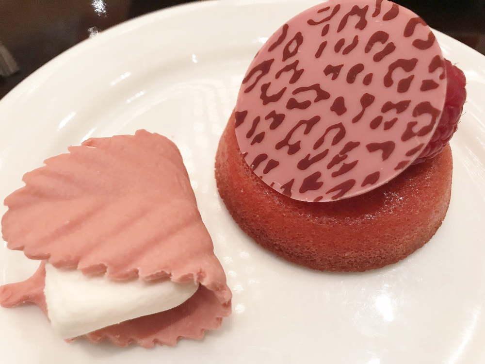 ルビーチョコレートのドーナツとマシュマロ