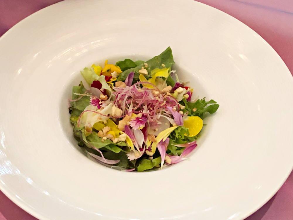 前菜「フラワーブーケを思わせる お花とナッツのフレッシュサラダ」