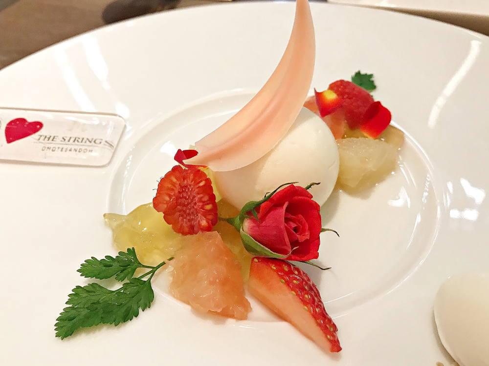 デザート「フレッシュで甘酸っぱいホワイトティーとレモンのムース」