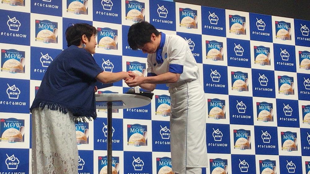ファンと握手する田中圭
