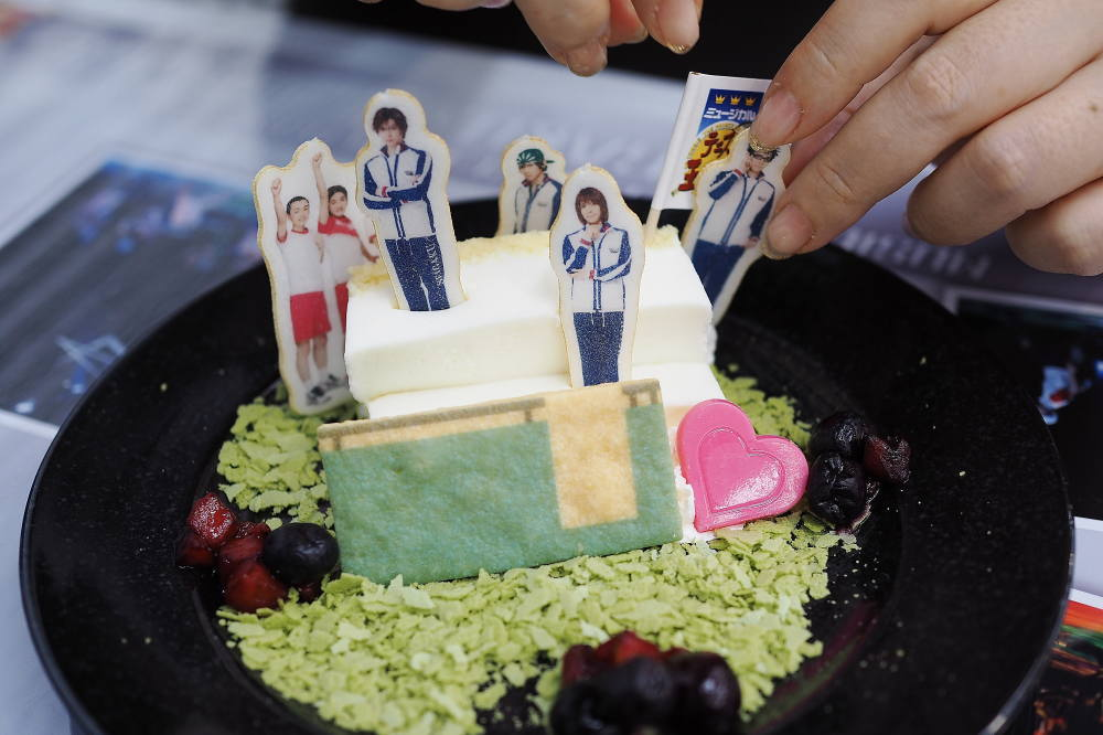 「アゲアゲ気分 ハッピー笑顔 STILL HOT IN MY CAKE」 800円