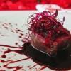 メインディッシュは豪快に血しぶきをあげた肉