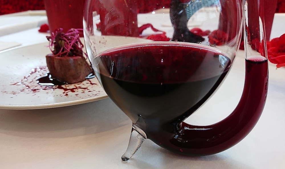 血をイメージした吸血グラス