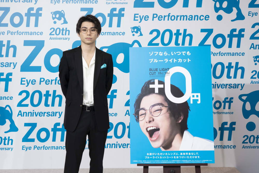 村上虹郎さん Zoff 新CM発表会 メガネを試着